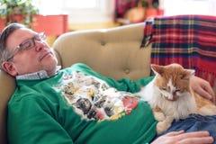 Obsługuje drzemanie na leżance z kotem podczas wakacji zdjęcia royalty free