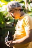 Obsługuje dymienie drymbę z starą rocznik kamerą w rękach Rocznik stylizował fotografię mężczyzna fotograf z starą kamerą fotografia stock