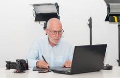 Obsługuje działanie na jego grafika laptopie i pastylce Fotografia Royalty Free