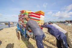 Obsługuje działanie na plażowym pobliskim Długim Hai rybim rynku zdjęcia royalty free