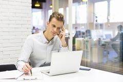 Obsługuje działanie przy jego laptopem na biurze w uruchomieniu Obrazy Royalty Free