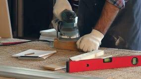 Obsługuje działanie z drewnianym planck i elektryczną strugarkę w warsztacie zbiory