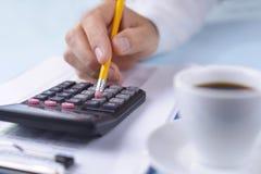 Obsługuje działanie z kalkulatorem przy biurem obraz royalty free