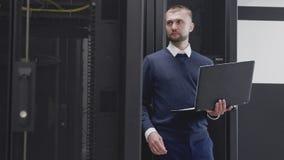 Obsługuje działanie z serwerami w nowożytnym centrum danych używać laptop zbiory