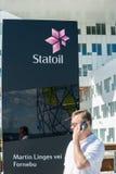 Obsługuje dzwonić na telefonie przy przodem Statoil biuro Zdjęcia Royalty Free