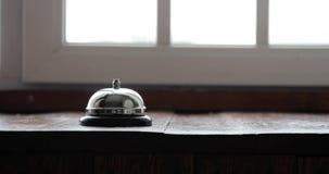 Obsługuje dzwonienie hotelowego recepcyjnego dzwon, męskiego ręki dosunięcia zakwaterowania wywoławczy dzwon na drewnianym recepc zdjęcie wideo