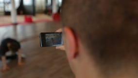 Obsługuje ekranizaci breakdance występ na jego smartphone, czas wolny aktywność zbiory wideo