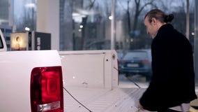 Obsługuje główkowanie o kupować nowego samochodowego pickup zbiory