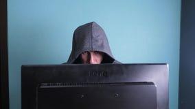 Obsługuje hackera sieka sieci pojęcie w kapiszonie niewiadoma hacker przestępca łama w komputerową ochronę na internecie zbiory wideo
