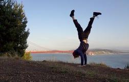 Obsługuje Handstands wewnątrz na wzgórzu przed Golden Gate Bridge Fotografia Royalty Free