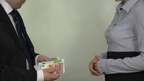 Obsługuje hrabiowską euro pensję i daje kobiety w ręce zbiory wideo
