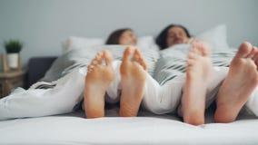 Obsługuje i kobieta cieki rusza się w łóżku pod powszechnym tanem na rytmu wpólnie zdjęcie wideo