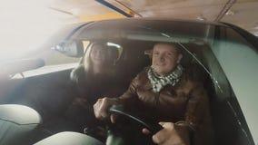 Obsługuje i kobiety uśmiechnięty obsiadanie w samochodzie, widok przez okno samochód Kamera dołączająca frontowy zderzak zbiory