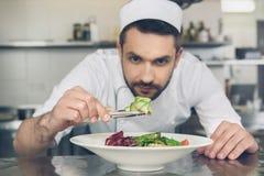 Obsługuje japońskiej restauraci szefa kuchni kucharstwo w kuchni Fotografia Stock