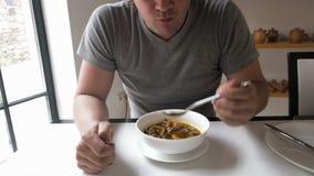 Obsługuje jeść gorącego zupnego kharcho w restauraci zbiory wideo