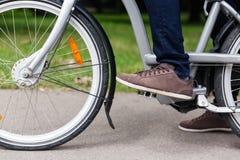 Obsługuje jeździeckiego bicykl na drodze w letnim dniu Fotografia Royalty Free