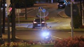 Obsługuje jeździeckiego motocykl przy nocą, szybkiego posiłku doręczeniowa usługa w dużym mieście, wygoda zbiory