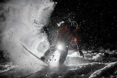 Obsługuje jeździeckiego snowboard w zmroku pod śniegiem Zdjęcie Royalty Free