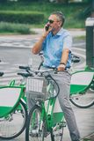 Obsługuje jechać miasto bicykl w formalnym stylu Fotografia Stock