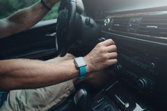 Obsługuje jechać samochód strojeniowego radio i, mądrze zegarek na ręce, inside zdjęcia royalty free