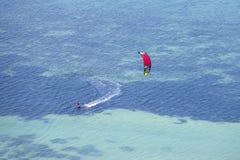 Obsługuje kitesurfing w oceanie, krańcowy lato sport na wyspy Koh Phangan, Tajlandia Zdjęcie Stock