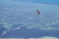 Obsługuje kitesurfing w oceanie, krańcowy lato sport na wyspy Koh Phangan, Tajlandia Zdjęcia Royalty Free