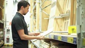 Obsługuje klienta w narzędzia sklepu wybierać drewniani rzemiosła zbiory