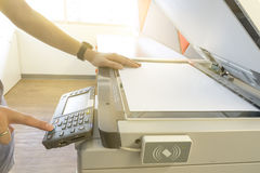 Obsługuje kopiowego papier od Photocopier z kontrola dostępu dla skanować kluczowej karty światło słoneczne od okno zdjęcie stock