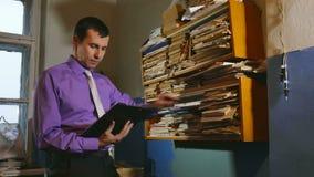 Obsługuje księgowość urzędnika retro dotyki papier w starym biurze zdjęcie wideo