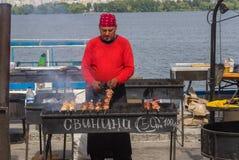Obsługuje kulinarnego Gruzińskiego szaszłyka na Dripro rzecznym bulwarze podczas miasto dnia miejscowego aktywności Obraz Royalty Free
