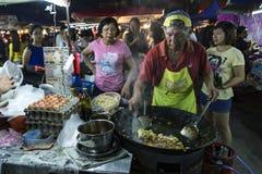Obsługuje kulinarnego ryżowego tort przy PJ Pasar Malam Fotografia Stock