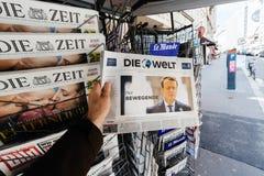 Obsługuje kupować Die Welt z niedawno wybierającym Francuskim prezydentem Emma Fotografia Royalty Free