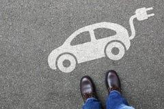Obsługuje ludzi elektrycznego samochodu pojazdu drogowego ruchu drogowego ulicznego eco życzliwego Fotografia Stock