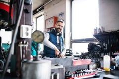 Obsługuje mechanika naprawia samochód w garażu Obraz Stock