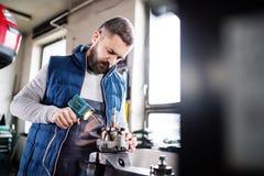 Obsługuje mechanika naprawia samochód w garażu Zdjęcie Stock