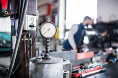 Obsługuje mechanika naprawia samochód w garażu Obrazy Stock