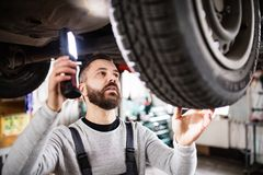 Obsługuje mechanika naprawia samochód w garażu Fotografia Stock