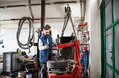 Obsługuje mechanika naprawia samochód w garażu Zdjęcia Stock
