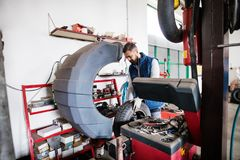 Obsługuje mechanika naprawia samochód w garażu Zdjęcia Royalty Free