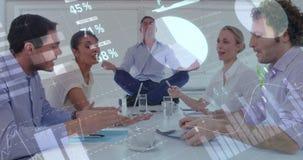 Obsługuje medytować podczas gdy koledzy debatują wśrodku biura 4k zbiory wideo