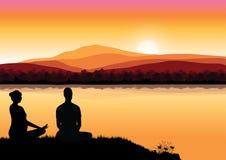 Obsługuje medytować w siedzącej joga pozyci na wierzchołku gór above chmury przy zmierzchem Zen, medytacja, pokój, Wektorowy illu fotografia stock