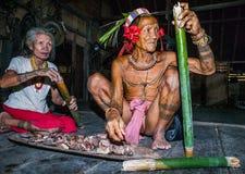 Obsługuje Mentawai plemienia narządzania jedzenie dla rodziny Obrazy Royalty Free