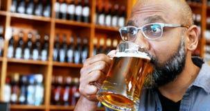 Obsługuje mieć szkło piwo w restauraci 4k zdjęcie wideo