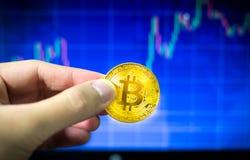 Obsługuje mienia bitcoin i BTC handlu złocistą mapę w tle, Pieniężny pojęcie Obrazy Stock
