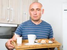 Obsługuje mienia drewnianego salver śniadanie w kuchni obraz stock