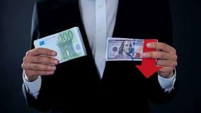 Obsługuje mienie banknoty, dolar spada względny euro, rynek papierów wartościowych analiza fotografia royalty free