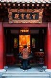 Obsługuje modlenie w Singapur Buddha zębu relikwiach świątynnych z chińczykiem obraz royalty free