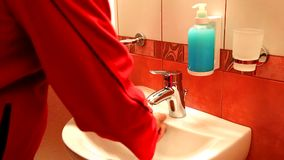Obsługuje myć jego ręki na zlew w łazience zbiory
