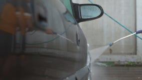 Obsługuje myć jego samochód na samochodowego obmycia samoobsłudze zdjęcie wideo