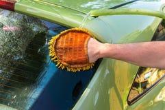 Obsługuje myć jego samochód - samochodowy domycia i samochodu cleaning pojęcie Fotografia Royalty Free